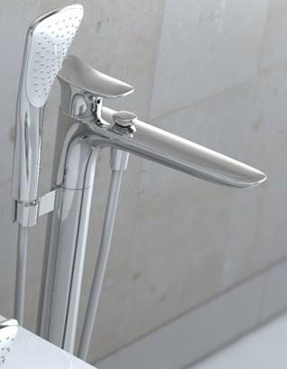 KLUDI AMBA egykaros kádtöltő- és zuhanycsap, álló szerelés szabadon álló kádakhoz, csavarodásbiztos KLUDI SUPARAFLEX SILVER gégecső, KLUDI FIZZ 1S kézizuhannyal 535900575 / 5359005-75 / 53590-05-75